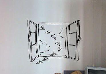 prozor, oblaci i avioncici